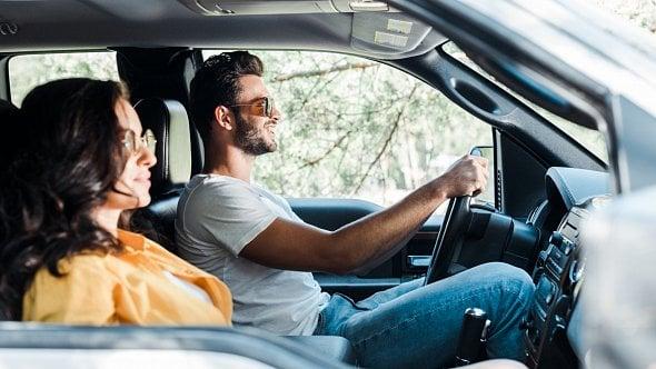 Při podnikání používá manželovo auto. Jak je to výkazem nákladů a povinnostmi?