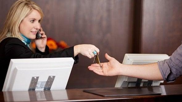 Pracuje na recepci. Šéf ji neumožňuje přestávku na oběd. Co na to zákoník práce?