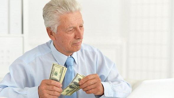 Jde do důchodu, ale chce normálně dále pracovat. Co to znamená pro účetní?