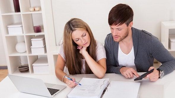 Může zaměstnanec uplatnit vročním zúčtování daně úroky zhypotéky manželky?