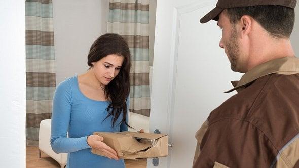 Pošta, nebo kurýr? Kdo je horší doručovatel balíků ze-shopu?