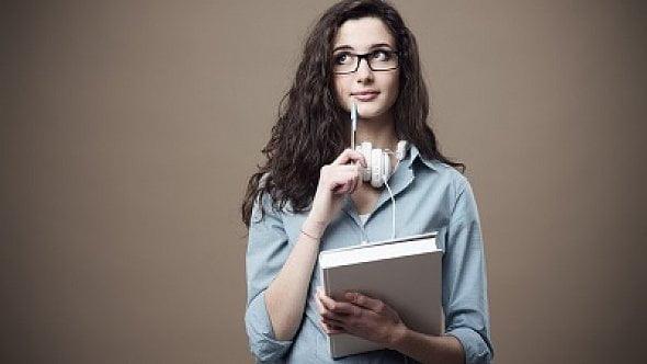 Je jí 20let, pracuje, studuje, zároveň žije srodiči. Jaké slevy lze uplatnit?