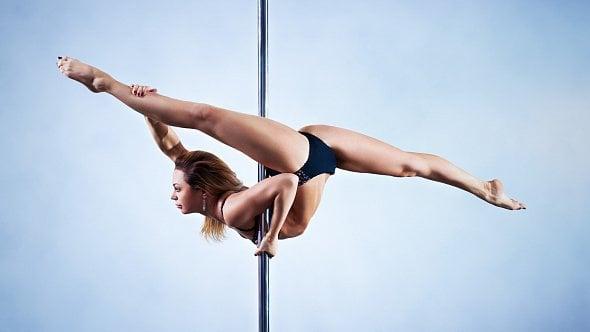 Učí tanec na vertikální tyči a tvrdí: Je konkurence, ale po krku si nejdeme