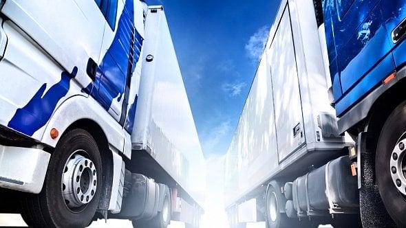 DPH klesne ina další služby, snížit se má isilniční daň na nákladní auta