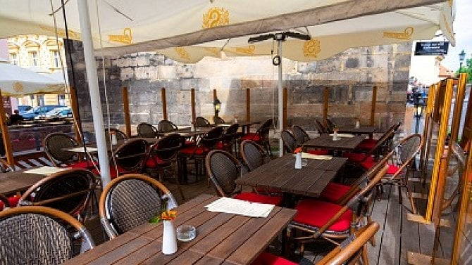 Smutný pohled, restaurace a  zahrádky vcentru Prahy zejí prázdnotou