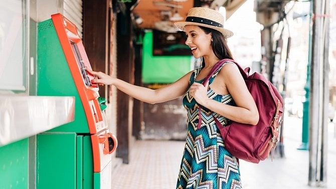 Vybíráte na dovolené zbankomatu? Dejte si pozor na kurzy, poplatky ibezpečnost