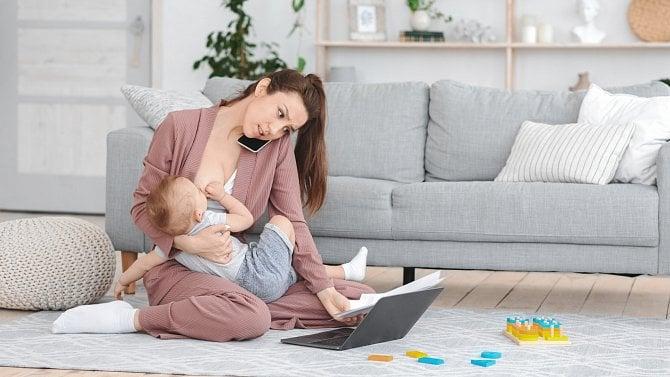 Mámy spojují práci a kojení. Zaměstnavatel jim přitom musí kojení zaplatit
