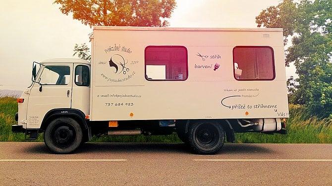První pojízdné kadeřnické studio vČesku. Obsluhuje hlavně vesnice. Podívejte se