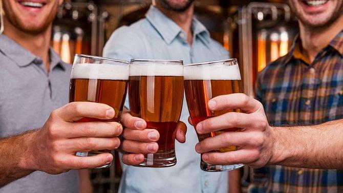 """Od pátku konec piv """"na stojáka"""", hospody budou muset nově hlídat ipočty hostů"""