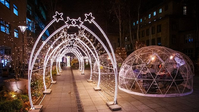 Vánoce nám nevezmou: Ipřes opatření jsou obchody iulice plné vánoční výzdoby