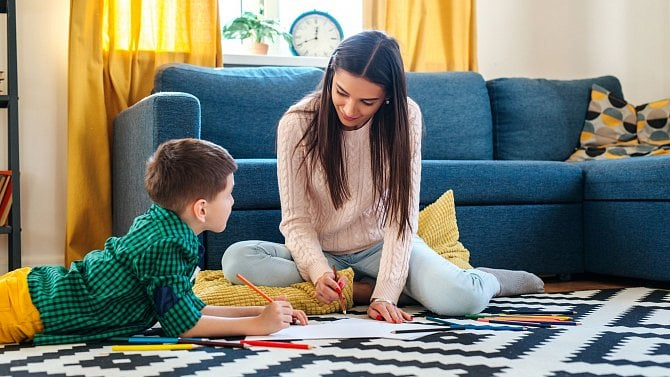 Rodiče nadále mohou čerpat krizové ošetřovné. Jak je to sjarními prázdninami?