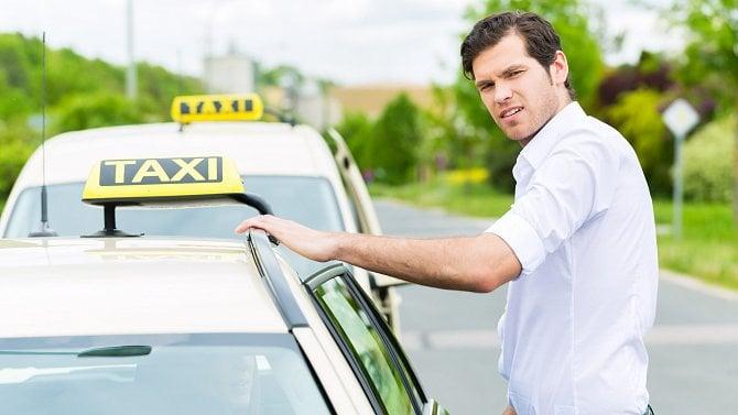 Taxikáři se konečně dočkali kompenzací. Přesto někteří neví, co bude dál