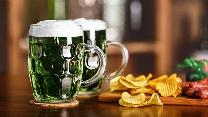 Pivovary uvařily na Velikonoce zelené pivo. Restaurace ho vydají přes okénko