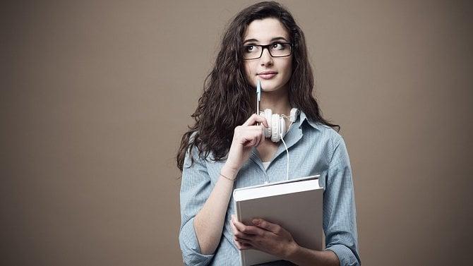 [aktualita] Ukončila střední školu a pokračuje na vysokou. Musí to hlásit zdravotní pojišťovně?