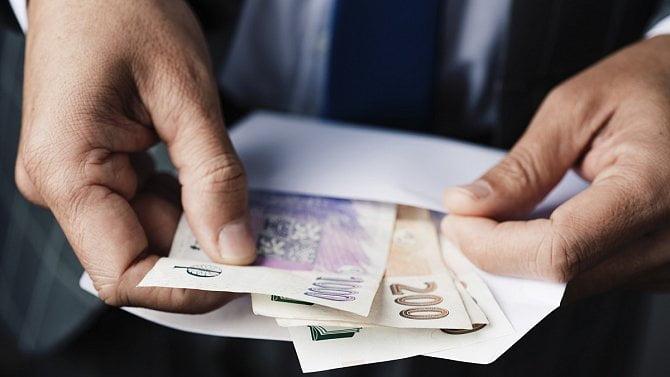 Šetří se o sto šest. Úspory firem převyšují dluhy o 120 mld. korun. Nejvíce v historii