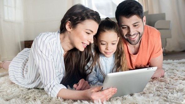 Změní se nejenom otcovská. Novinky se chystají také urodičovské dovolené