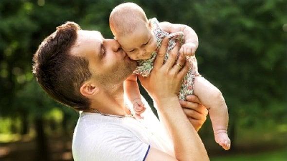 Čerpal otcovskou dovolenou. Jak je to se zdravotním pojištěním?