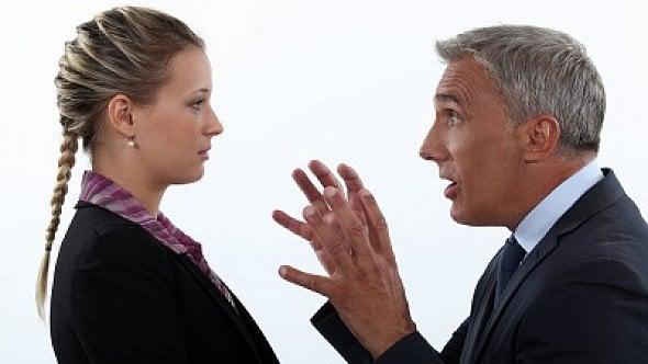 Nařídil jí, aby odcházela až 5minut po pracovní době. Má na to právo?