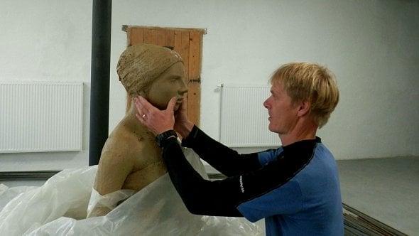 Pokračuje vkamenické tradici a jeho sochy ikříže najdete napříč Valašskem