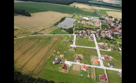 Lodín, vesnice na Královéhradecku, oblíbená turistická oblast s kempem a koupalištěm