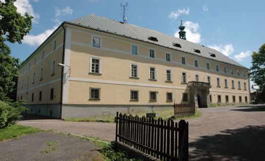 Malebná obec Oselce na jižním Plzeňsku s barokním zámkem, kaplí sv. Markéty i kostelem