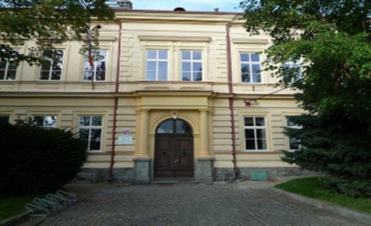 Základní škola pro první stupeň s moderně vybavenou počítačovou učebnou a individuální péčí