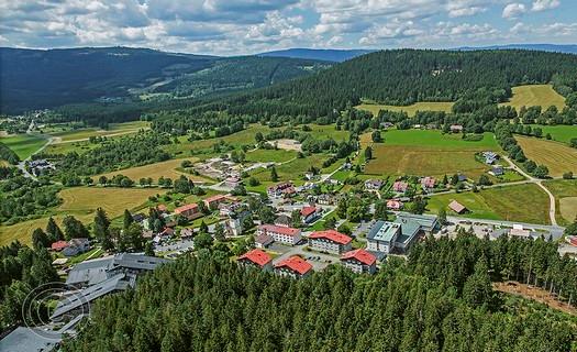 Obec Srní, horské středisko v centru Národního parku Šumava s hustou sítí lyžařských stop