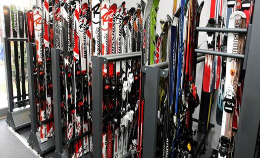 Půjčovna lyžařského vybavení.