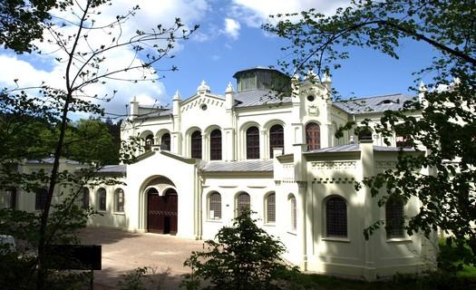 Infocentrum s provozem kina, společenského sálu, knihovny i zámku s jízdárnou Světce