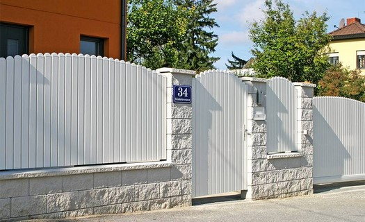 Hliníkové, drátěné i mřížové ploty, balkonová zábradlí i branky, výroba pergol a teras