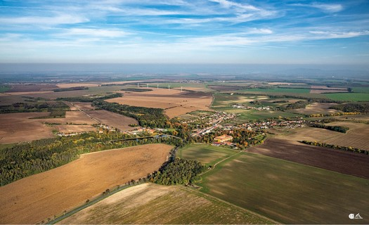 Obec Břežany, vesnice s barokním zámkem i kostelem, dobrým dopravním spojením na Brno