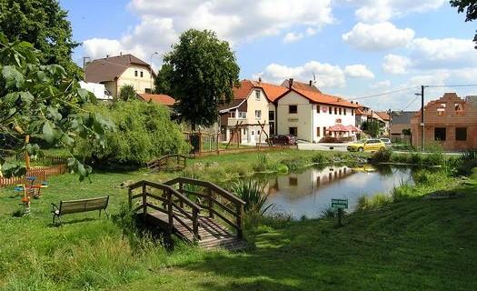 Obec Lhota u Kladna Středočeský kraj, zvon vobci, křížový kámen, pravěké mohyly