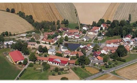 Obec Vatín v kraji Vysočina, okres Žďár nad Sázavou, náves s kaplí, hokejový klub HC Vatín