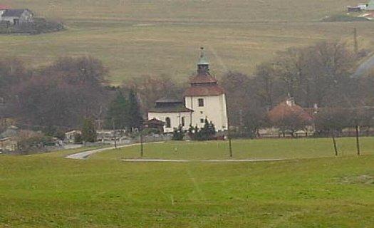 Obec Hvozdec se zachovalými roubenými domy, přírodním rybníkem i hlubokými lesy