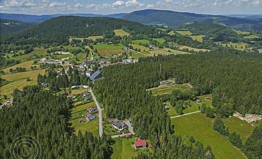 Turistická obec Srní v centru NP Šumava s historickými stavbami