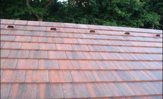 Betonová střešní krytina je vysoce odolná proti mrazu, tlaku, mechanickému poškození