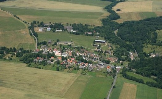 Obec Zadní Chodov v Plzeňském kraji, stavby jednotlivých statků, kostelík Nejsvětější Trojice