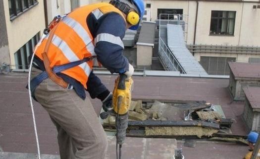 Ruční a strojové demolice Praha, strojová demolice vlastní těžkou technikou, odvoz a likvidace suti