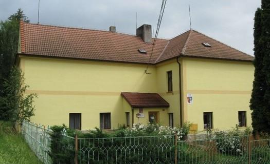 Obec Lošany okres Kolín, kostel svatého Jiří, kamenná věžovitá tvrz, statek rodiny Mašínů
