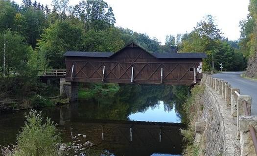 Podkrkonošská obec Bystrá nad Jizerou, bysterský dřevěný most, melafyrové skalní město