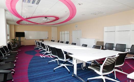 Pronájem moderně vybaveného konferenčního sálu pro 30 osob a učeben pro 20 osob.