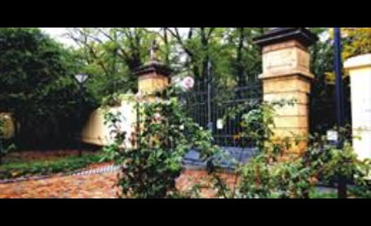 Hřbitov Strašnice, obřadní síně, krematoria, rakve, urny, květiny