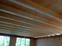 Výroba dřevěných polotovarů, palubky, prkna, hranoly, stěnové panely a vazníky