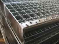 Výroba ocelových podlahových roštů, schodišťových stupňů a žebříkových příček