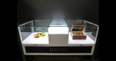 Skleněné vitríny a skříně vaše výrobky krásně odprezentují i ochrání