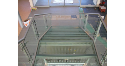 Skleněné schody a zábradlí Vám vyrobí sklenářství Praha 6