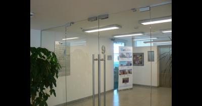 Skleněné dveře posuvné i kyvné vyrábí sklenářství ACERA Praha