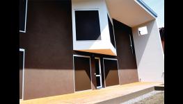 Velkoplošné horizontální žaluzie s širokými hliníkovými a dřevěnými lamelami v moderním stylu