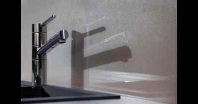 Obkladové sklo, které projasní vaši kuchyni