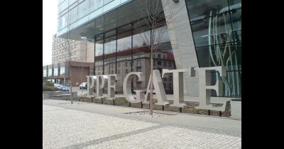 Reklamní poutače, tabule a nápisy z nerezu - výroba Praha - samostatná frézovaná písmena